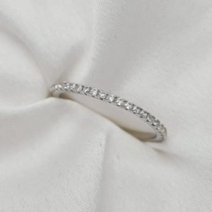 """טבעת כסף 925 """"גיל"""" מעוטרת בכל צדדיה באבני זרקוניה שקופים ועדינים"""