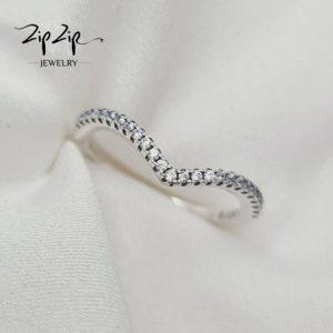"""טבעת כסף 925 """"סקרלט"""" וי מעוטרת זרקוניה שקופה"""