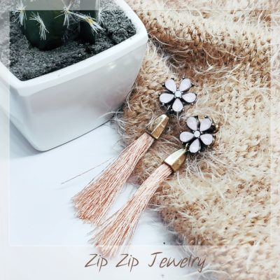 עגילי תלייה בצורת פרח משולבי חוטי פרנזים בז' EZ287