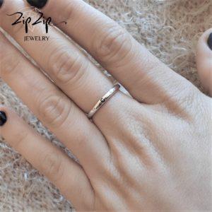 טבעת כסף 925 גמישה בשיבוץ אות C וזרקונים