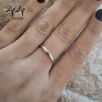 טבעת כסף 925 גמישה בשיבוץ אות H וזרקונים