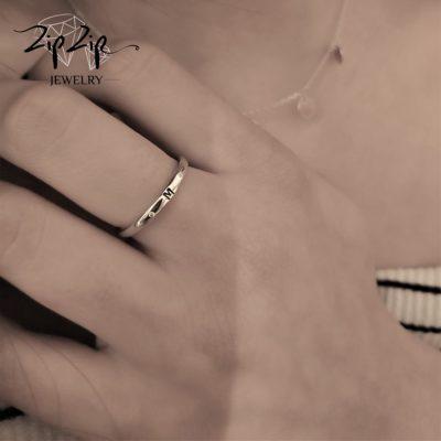 טבעת כסף 925 גמישה בשיבוץ אות M וזרקונים RZ4111