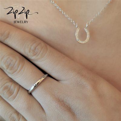 טבעת כסף 925 גמישה בשיבוץ אות U וזרקונים RZ4118