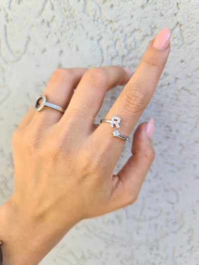 טבעת כסף 925 גמישה בשיבוץ אות R וזרקון