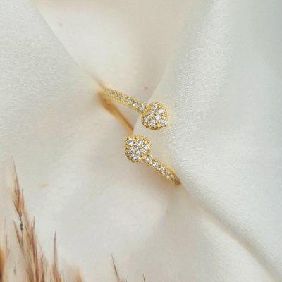"""טבעת כסף 925 בציפוי זהב """"אמור"""" גמישה לבבות משובצים"""
