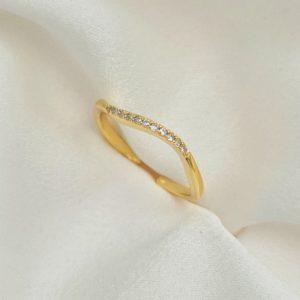 """טבעת כסף 925 בציפוי זהב """"נאיה"""" גמישה פיתול משובץ"""
