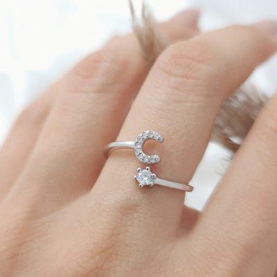 טבעת כסף 925 גמישה בשיבוץ אות C וזרקון
