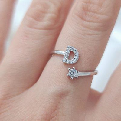טבעת כסף 925 גמישה בשיבוץ אות D וזרקון