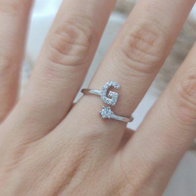 טבעת כסף 925 גמישה בשיבוץ אות G וזרקון