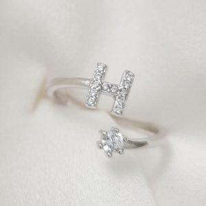 טבעת כסף 925 גמישה בשיבוץ אות H וזרקון