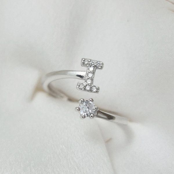 טבעת כסף 925 גמישה בשיבוץ אות I וזרקון