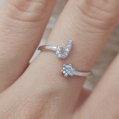 טבעת כסף 925 גמישה בשיבוץ אות J וזרקון