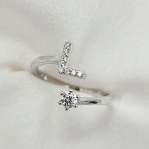 טבעת כסף 925 גמישה בשיבוץ אות L וזרקון