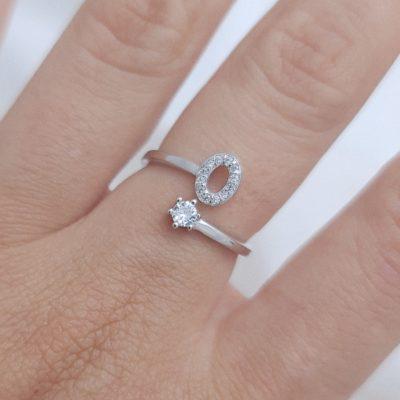 טבעת כסף 925 גמישה בשיבוץ אות O וזרקון